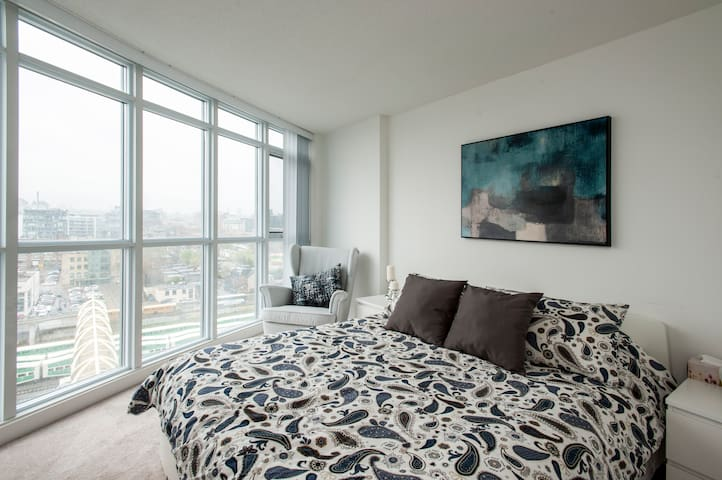 Elegant Modern Condo & parking in Downtown Toronto
