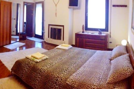 suite con terrazzo + camino+ bagno - san martino di lupari  - Bed & Breakfast