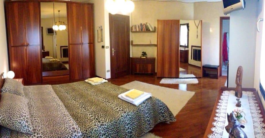 libreria,  armadio guardaroba con specchi, bagno privato in camera +vista giardino