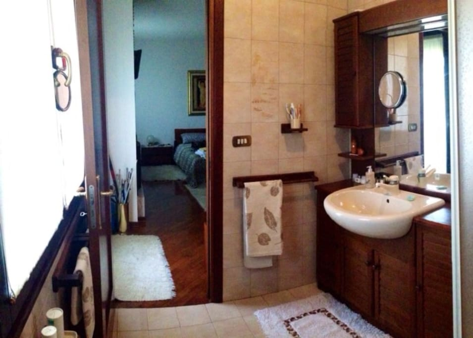 bagno privato con doccia , bidè, ampi specchi, servizi biancheria + accappatoio e ciabatte+ toletteria e phon
