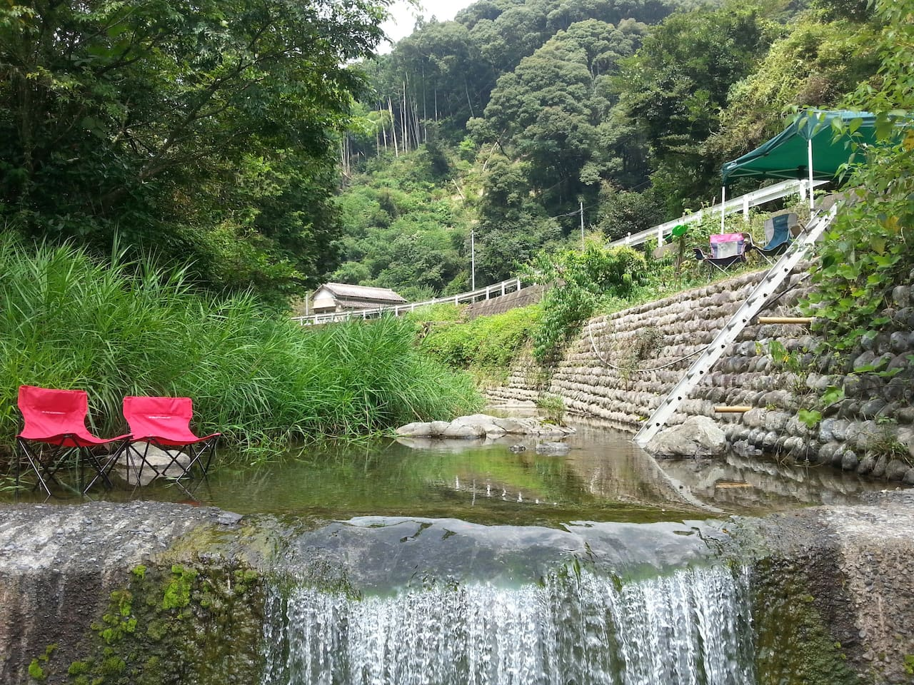 The house River - cold, clean, fresh water. our own privet space, just under the house. deep Enough for sitting and soaking your body. sitting place, shade, small waterfall massage.