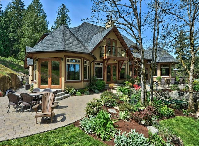 Custom West Coast Warmth with Water Views, Hot tub