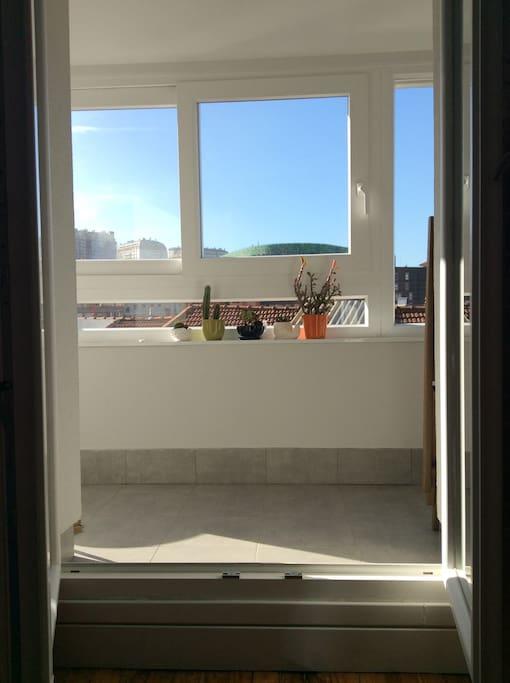 Room (access to balcony)