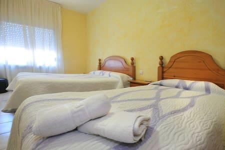 Habitación doble o triple con baño - Camallera