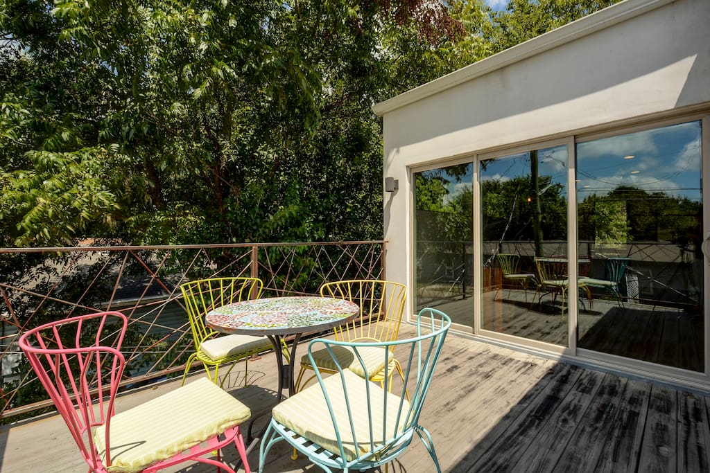Uncork a bottle a wine and enjoy the deck in the treetops