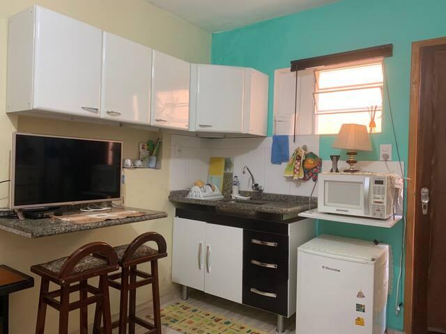 Armários, SmarTV, bancada, pia, frigobar e microondas