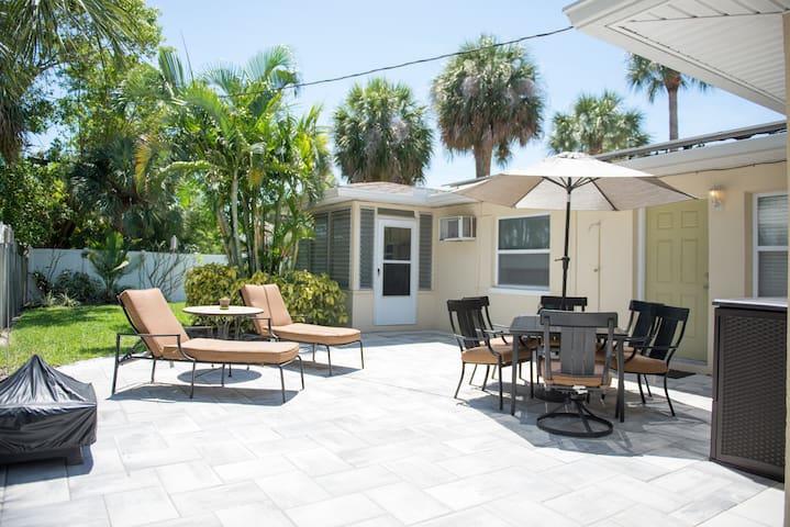 Beach Escape, 5 houses from the Sand! - Saint Pete Beach - Casa
