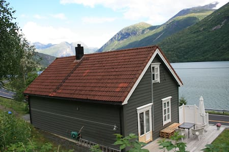 House with beautifull view andhigh modern standard - Stryn - Casa