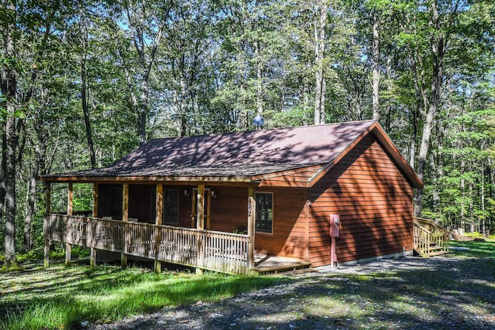 Hidden Haven - Cozy cabin tucked in the trees just minutes from activities!
