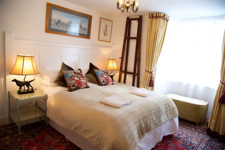 Master bedroom - kingsize bed or twins