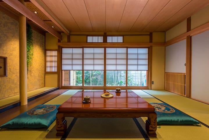 The main living room of Tatami. You can enjoy the Japanese garden here. 一楼可以欣赏院子的大客厅。
