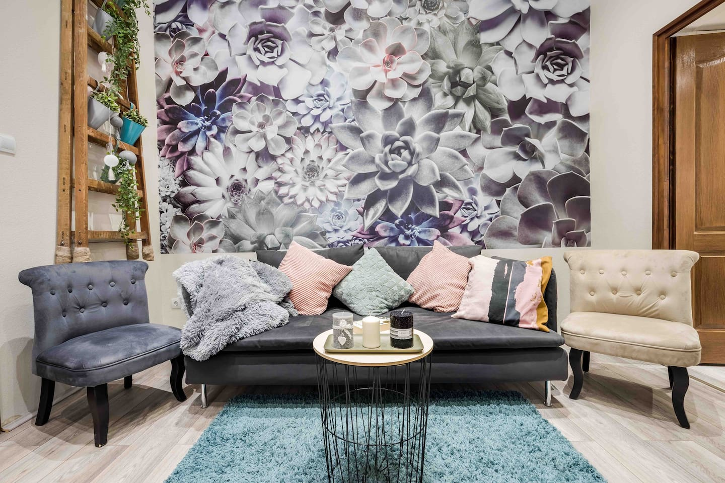 The beautiful houseleek wall makes this living room so unique and chic :)