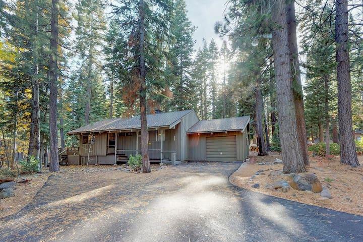 Rustic & cozy cabin w/entertainment -near skiing/hiking/biking/lake