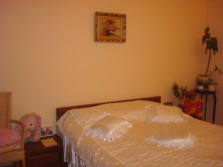 Уютная комната за городом в семейном доме