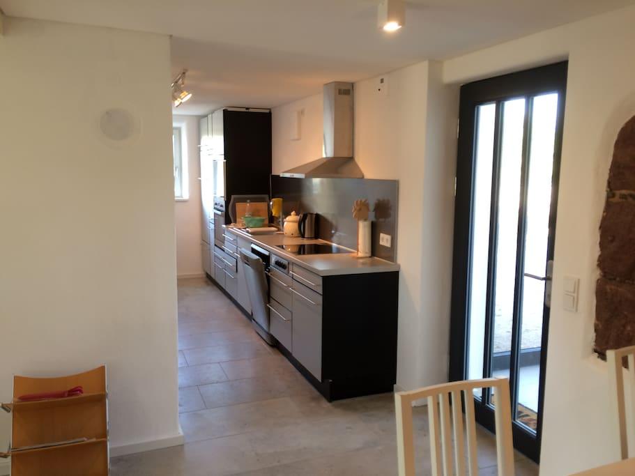 Blick vom Essplatz in die Küche