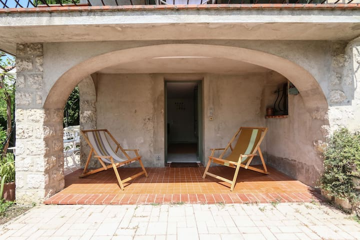 Nice cosy studio with a large terrasse in a garden