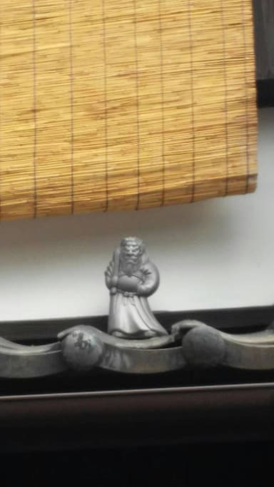 Shoki, deity guardian against the demons, have fun spotting him on the roof of other townhouses as well !