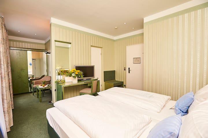 Doppelzimmer im einfachen Stil