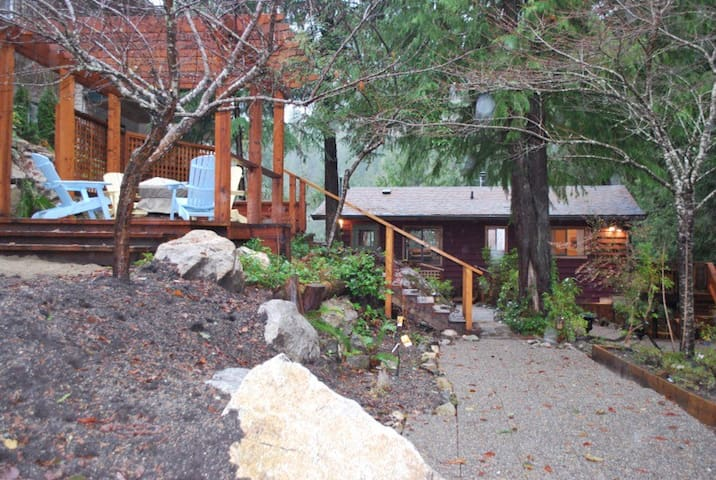 Cottage With Hot Tub Deck / Gazebo - Sechelt - กระท่อม