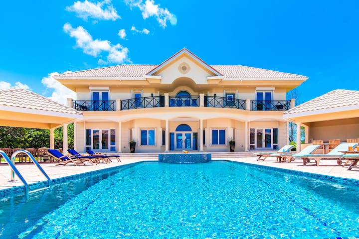 Blue Water Villa: Luxe Coastal Villa in Famous Rum Point with Pool & Jacuzzi