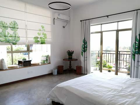可喝茶的大飘窗、落地窗、阳台、窗外就是风景,提供早餐,接送服务。