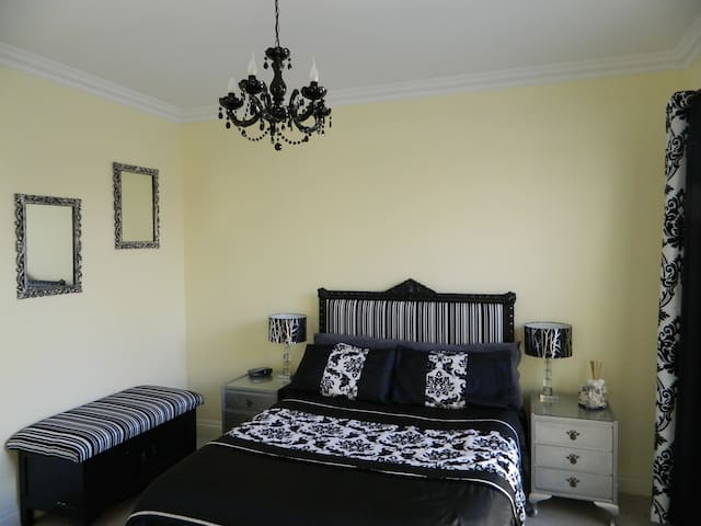 Luxury accommodation in quiet leafy garden Suburb