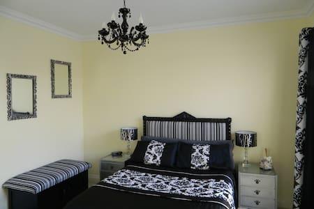 Luxury accommodation in quiet leafy garden Suburb - Wembley - Haus