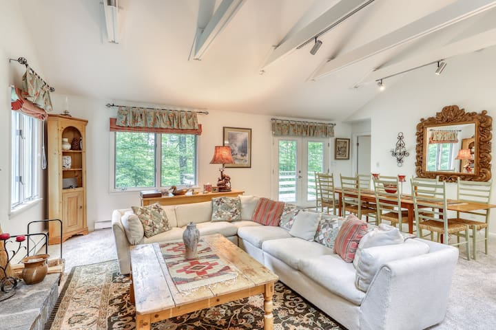 Cozy, dog-friendly home on shuttle route w/ great Stratton Mountain access!