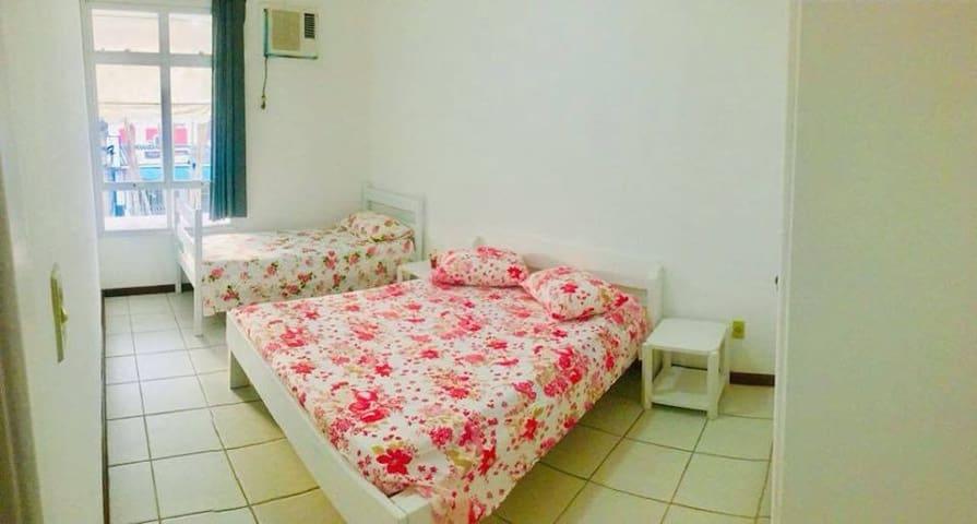 Quarto com cama de casal e uma de solteiro com ar condicionado