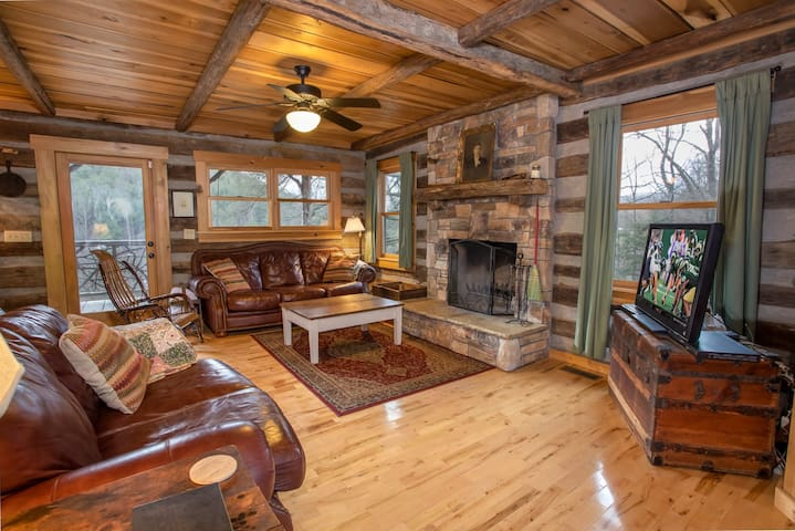 Rustic 2BR Cabin, Hot Tub, Views, Pool Table, King Master Suite, Central Location