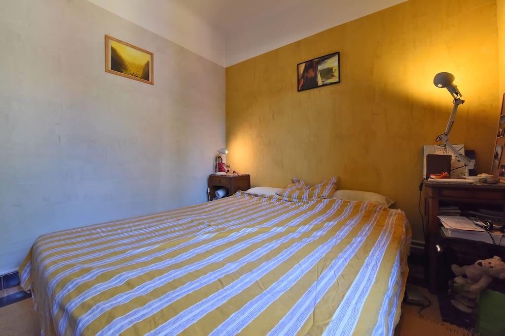 Nous rénovons la maison petit à petit, chambre après chambre, pour ce faire il est parfois possible que la chambre mise à disposition puisse changer ...