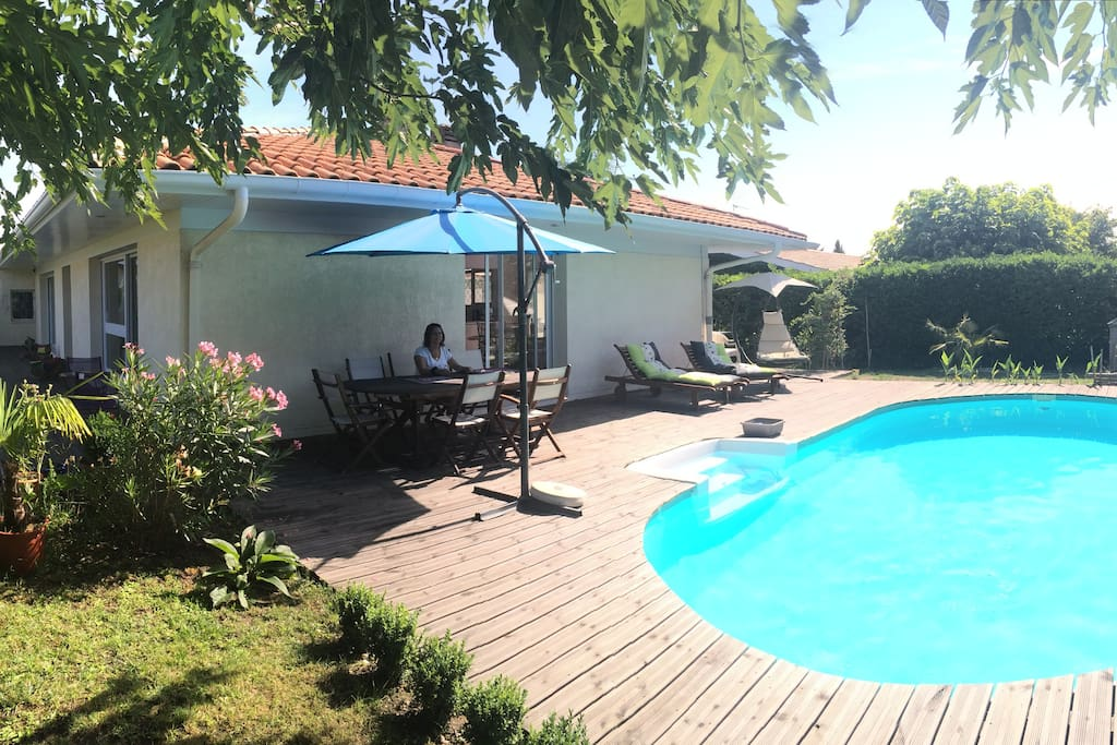 Charming home heated swimming pool houses for rent in for Entretien jardin saint medard en jalles