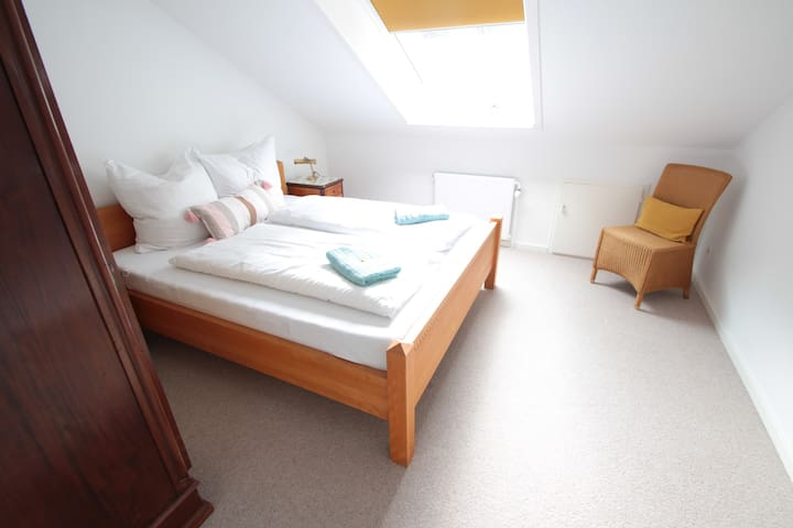 Erstes Schlafzimmer mit 160cm Doppelbett / first bedroom with 160 cm double bed
