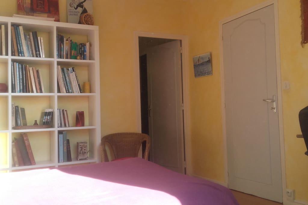 Chambre avec accès à la sdb