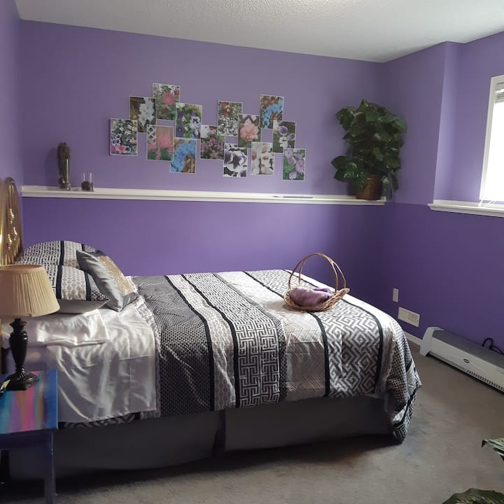 Charming home with Clean Quiet Airdrie Room