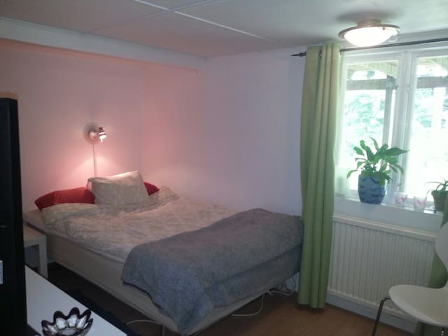 Room with doublebed. Own entrance.