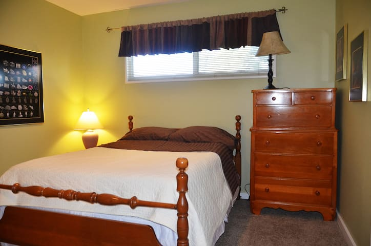 All-inclusive, private suite & bathroom downtown!