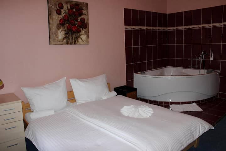 Central room w/ bathtub & breakfast