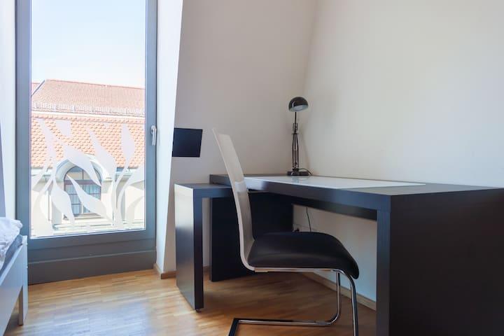 Schreibtisch / Desk