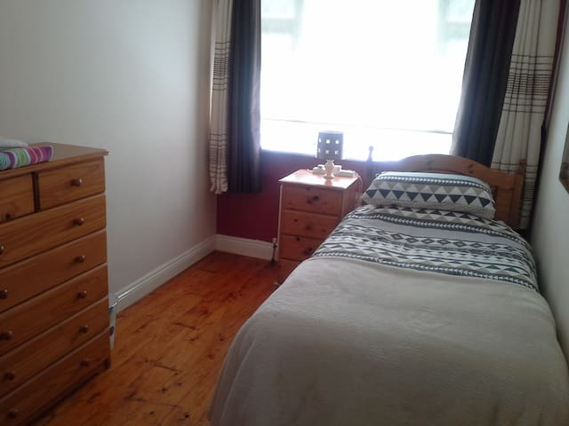 Single/twin room, close to airport - Swords - Casa