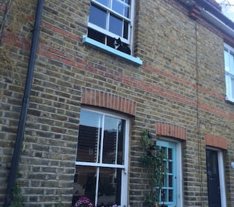 Victorian terraced house nr river - Thames Ditton - Hus