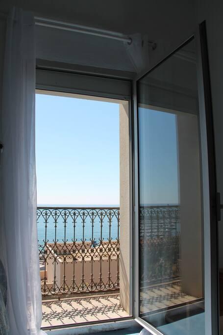 Porte fenetre de droite sur balconnet/Right hand side window going to a balcony