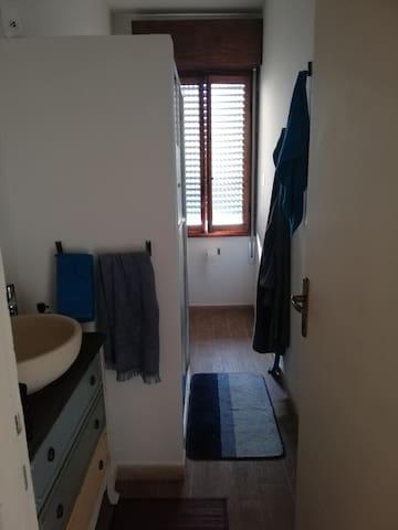 Bagno con doccia e servizi
