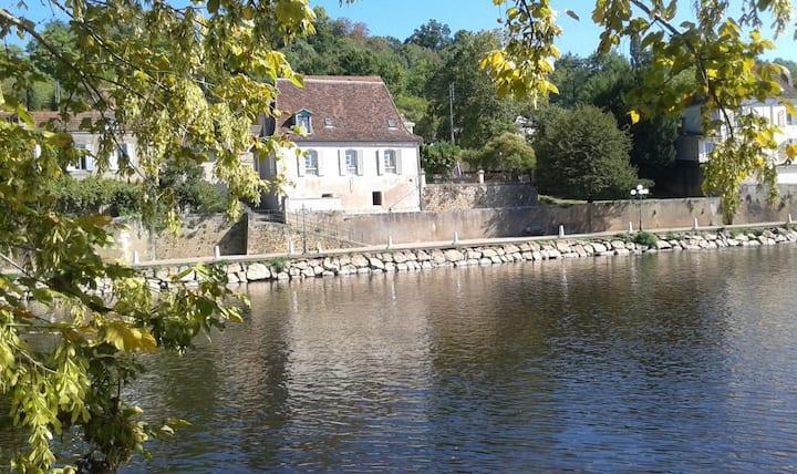 Le Bugue town centre - unspoilt river views