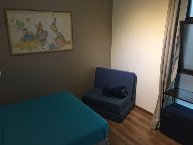 Cama matrimonial, sofa cama pequeño, ropa de cama y toallas