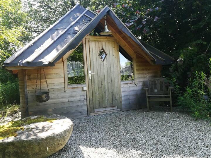 Druidenhaus, urige Hütte im Mienbacher Waldgarten