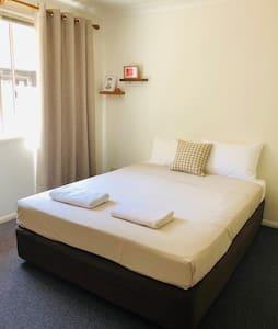 Queen Bedroom 15 min walk - beach & town location