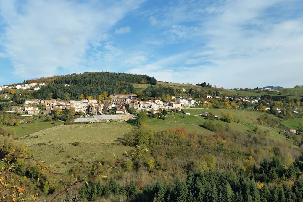 Vue du village de la montagne d'en face