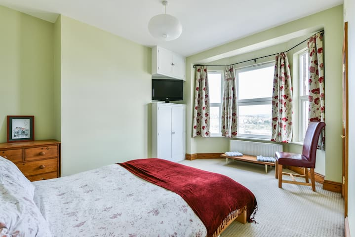 Double bedroom with en suite and fantastic views - Hastings - House