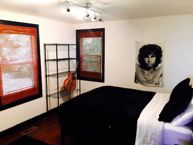 JIM MORRISON ROOM ~ 3 Miles To Downtown!
